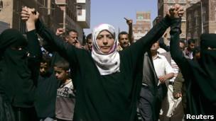 Tawakkul Karman durante manifestação pró-democracia em Sanaa, no Iêmen, em fevereiro deste ano