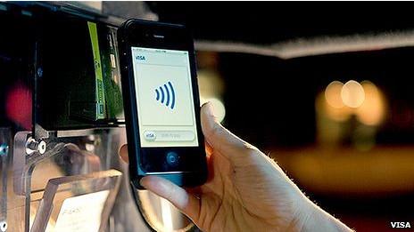 La herramienta NFC permite que se hagan pagos sin tarjetas de crédito y sin dinero. Después de que Tim Cook, director ejecutivo de Apple, develó el nuevo iPhone 4S, hay una cierta desilusión entre muchos de los seguidores de los teléfonos inteligentes. Sin embargo el BlackBerry Bold 9900 si lo trae incluido. Para algunas instituciones financieras y compañías de telecomunicaciones, el tan esperado lanzamiento decepcionó porque no anunció lo que muchos esperaban: que el nuevo dispositivo tendría NFC (Near Field Communication), la tecnología que permite que se use el celular para hacer pagos en tiendas. El NFC tiene muchos