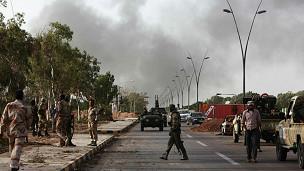 Khói bốc lên trên bầu trời thành phố Sirte