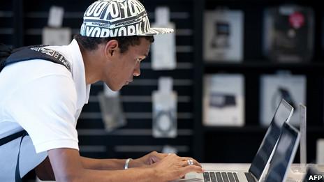 Un joven en una tienda Apple