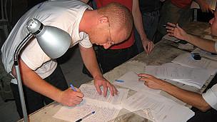 Judeus assinam documentos (divulgação)