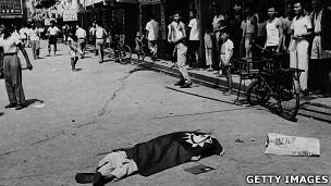 香港九龙某徙置区内一名暴动死者被盖上青天白日满地红旗(10/1956)
