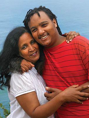 Foto: Rhona Slingerland – Zemi e seu filho. Cortesia da BBC Focus on Africa Magazine