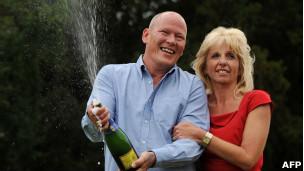 Dave e Angela Dawes comemoram o prêmio da Euromillions