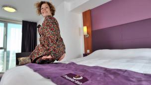 Nathalie Thomas prueba un colchón