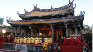 台北学生身着古代服装庆祝孔子诞辰