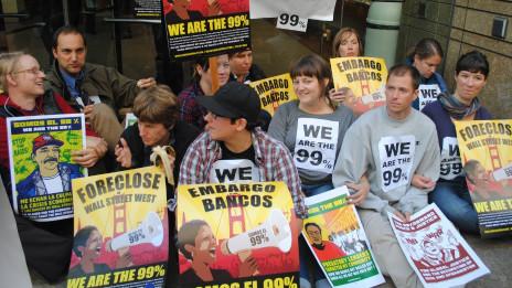 Biểu tình ngồi trước ngân hàng Wells Fargo ở San Francisco - hình của Bùi Văn Phú