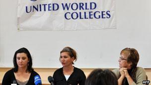 学校发言人穆萨(中)在记者发布会上(14/10/2011)