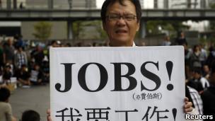 Homem protesta conta desemprego em Taipei, neste sábado