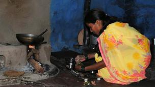 Foto de arquivo de moradora de área rural da Índia