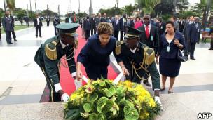 Dilma Roussef visita monumento em Luanda, em 20 de outubro de 2011.