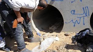 tunel en el que habría sido encontrado gadafi