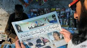 Hombre lee sobre la noticia de la muerte de Gadafi