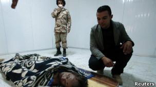 Corpo de Khadafi, em Misrata (Reuters)