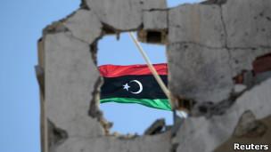 Bandeira líbia em Sirte.