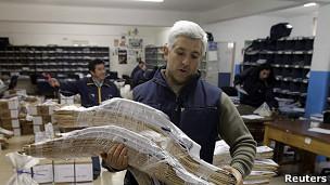 Preparando las urnas en un centro de votación de Río Gallegos