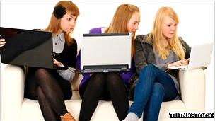Chicas utilizando un computador