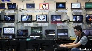 Un joven en una tienda de computadoras