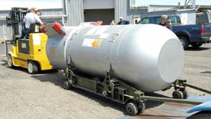 عامل يحرك القنبلة (بي 53) استعدادا لتفكيكها