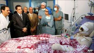 O ex-presidente da Tunísia Ben Ali visita Mohamed Bouazizi no hospital