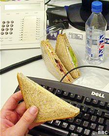 Comiendo en el escritorio