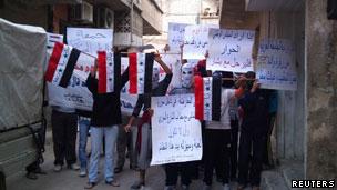 人权活动人士说,在霍姆斯和哈马,示威者要求在当地实施禁非区(28/10/2011)
