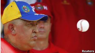 Chávez ojea una pelota de béisbol
