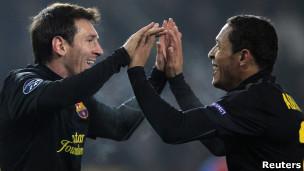دوري أبطال أوروبا: برشلونة وميلان أول المتأهلين إلى دور الـ 16 111102082703_barcelonas_lionel_messi_l_celebrates_with_teammate_adriano__304x171_reuters