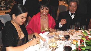 Bà Nguyễn Thanh Phượng (bìa trái) trong một bữa tiệc gây quỹ