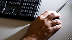 Una mano con un ratón
