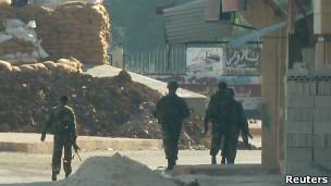 قوات سورية في بلدة الحولة قرب حمص
