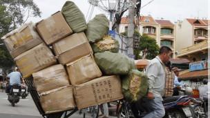 Một người đẩy hàng ở thành phố Hồ Chí Minh