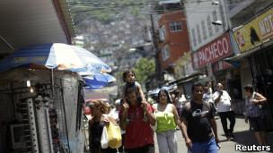 Moradores na favela da Rocinha.