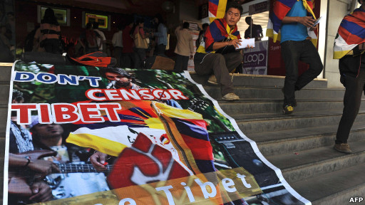 Unjuk rasa warga Tibet menentang pemutaran film Rockstar di India.