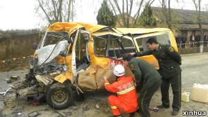 被撞后的改装校车