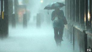 Mujer con paraguas bajo la lluvia