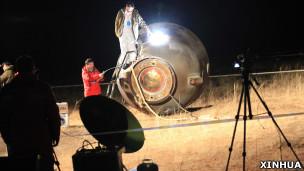 内蒙古四子王旗神舟八号飞船返回舱着陆现场(新华社图片18/11/2011)