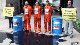 Protesto do Greenpeace contra a Chevron, no Rio, nesta sexta