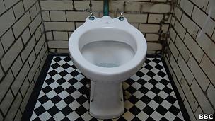 Inodoro en un baño público
