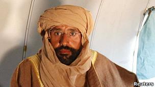 赛义夫·卡扎菲被捕后坐在飞机里