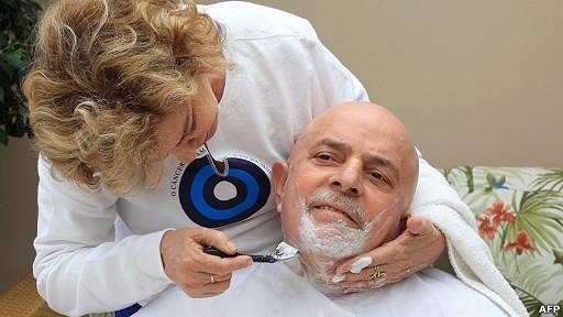 Lula siendo afeitado por su esposa Leticia