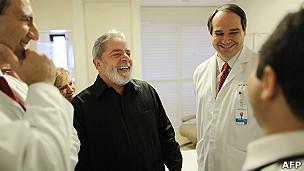 Lula con el equipo del hospital de Sao Paolo que lo atiende