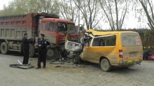 校车与卡车相撞