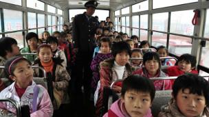 中国很多学校校车超载现象严重