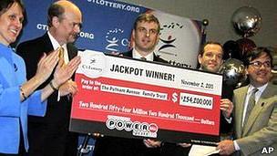 Los tres ganadores posan con su cheque