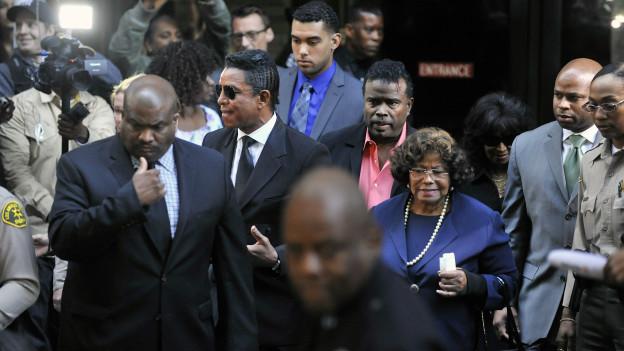 أفراد من أسرة جاكسون يغادرون قاعة المحكمة بعد النطق بالحكم