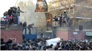 Những người biểu tình tìm cách vào bên trong đại sứ quán Anh ở Tehran