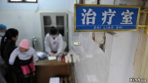 河南醫務人員在造成傳染的診所為當地兒童進行檢查