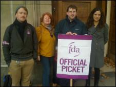税务局门前的罢工者