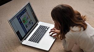 niña en internet
